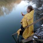Отец Никодим освящает воду