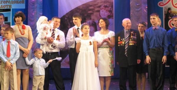 На сцене театра_